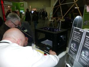 3D-Drucker waren ein großer Renner in Halle 17. Der Makerbot Replicator II zeigt, wie der Kunde bei Innovationen und Produkten selbst die Regie führt. Fotos: Lothar Lochmaier